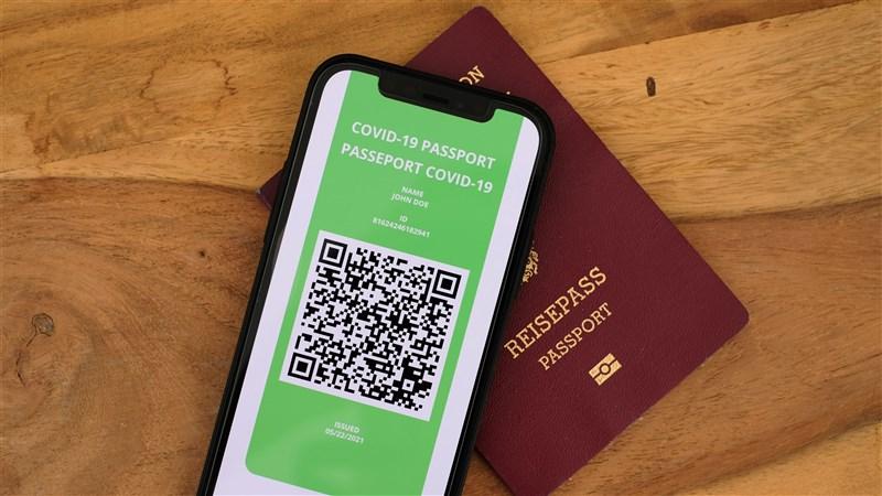 歐洲議會4月底將對「數位綠色通行證」展開討論及表決,一旦順利通過,最快預計今年6月歐洲民眾就能使用「疫苗護照」旅行。(示意圖/圖取自Unsplash圖庫)
