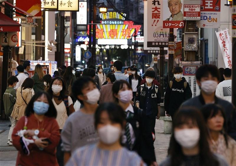 日本疫情延燒難遏,中央政府三度發布的「緊急事態宣言」25日上路,許多民眾在前一天「把握機會」出遊飲酒。圖為24日晚間大阪道頓堀人潮。(共同社)
