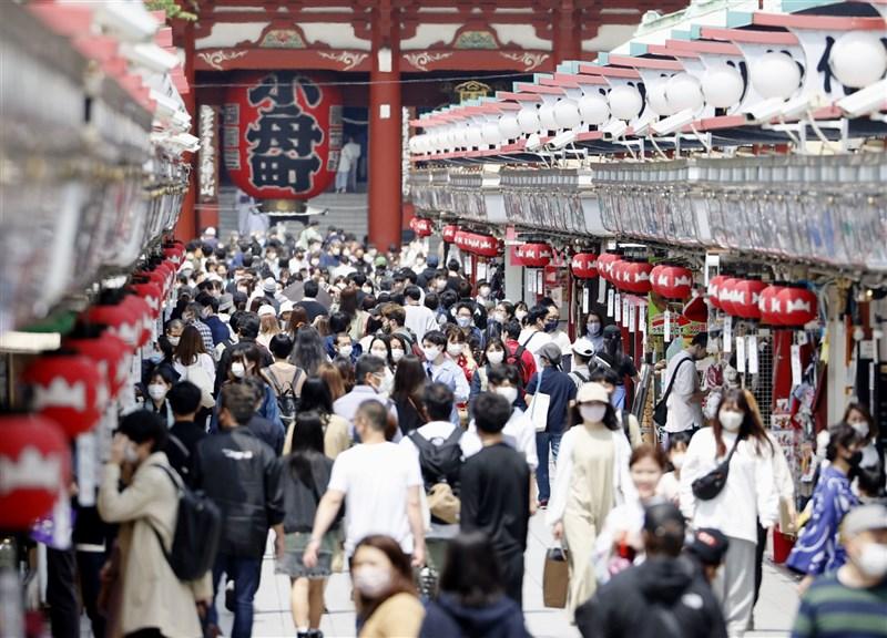 日本超級電腦「富岳」所做模擬研究發現,只要不戴口罩,不管是在室內還是戶外交談,同具染疫風險。圖為東京淺草25日人潮。(共同社)