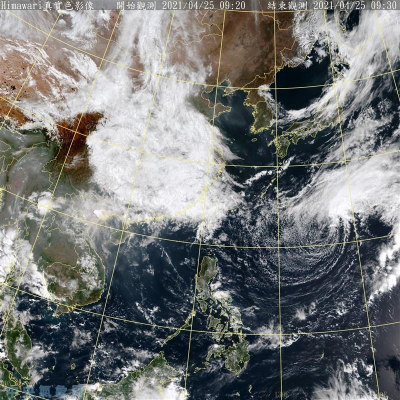 氣象專家吳德榮表示,25日至29日因華南雲系及鋒面接力影響,可算是進入「梅雨季」前奏。圖為25日上午9時30分的衛星雲圖。(圖取自中央氣象局網頁cwb.gov.tw)