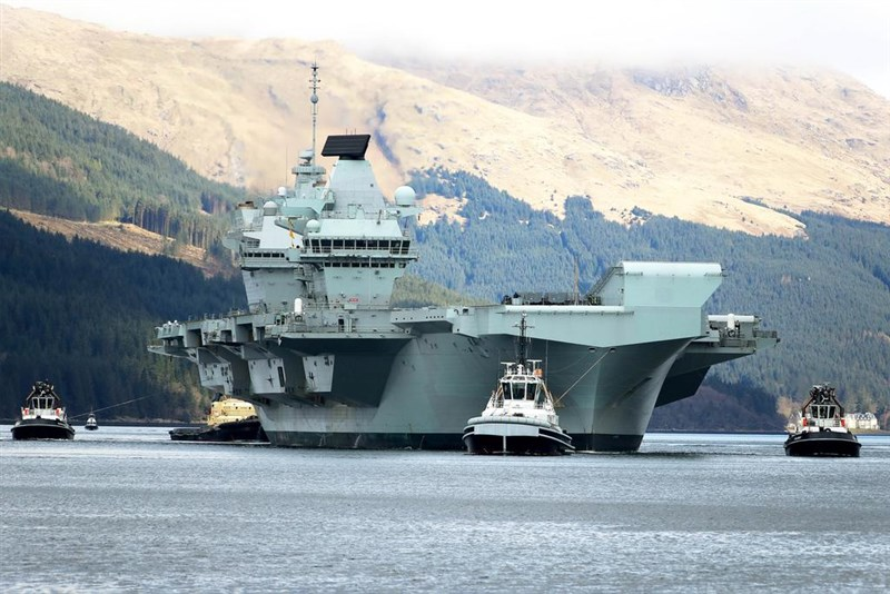 日本擔憂中國對台灣構成威脅之際,英國駐日本大使館26日表示,英國航艦伊麗莎白女王號將執行首次作戰部署,將航行亞洲海域,與10多國聯合軍演。(圖取自twitter.com/HMSQNLZ)