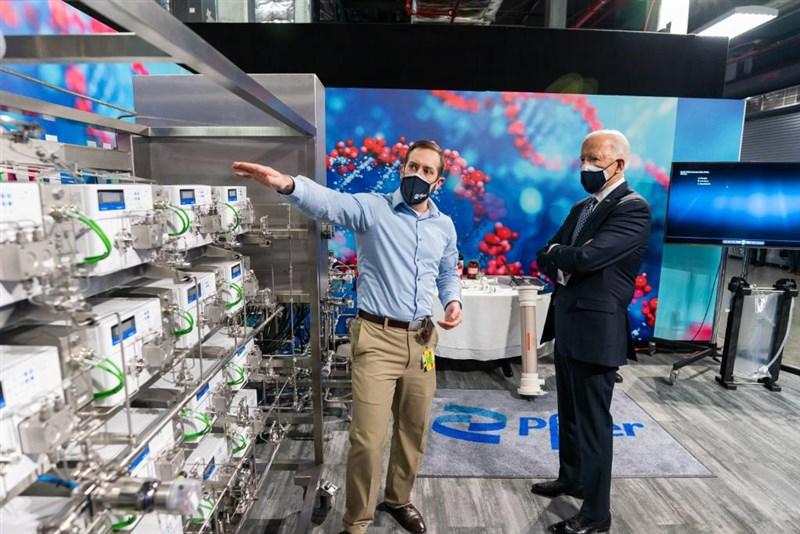 華盛頓郵報最新民調顯示,美國總統拜登(右)在應對疫情上最獲民眾肯定,有64%受訪者滿意他的表現。圖為拜登參觀輝瑞疫苗製造工廠。(圖取自twitter.com/POTUS)