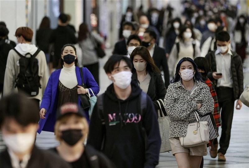 日本境內累積武漢肺炎死者26日超過1萬人,其中近80%是去年12月後死亡。圖為大阪街頭人潮。(共同社)