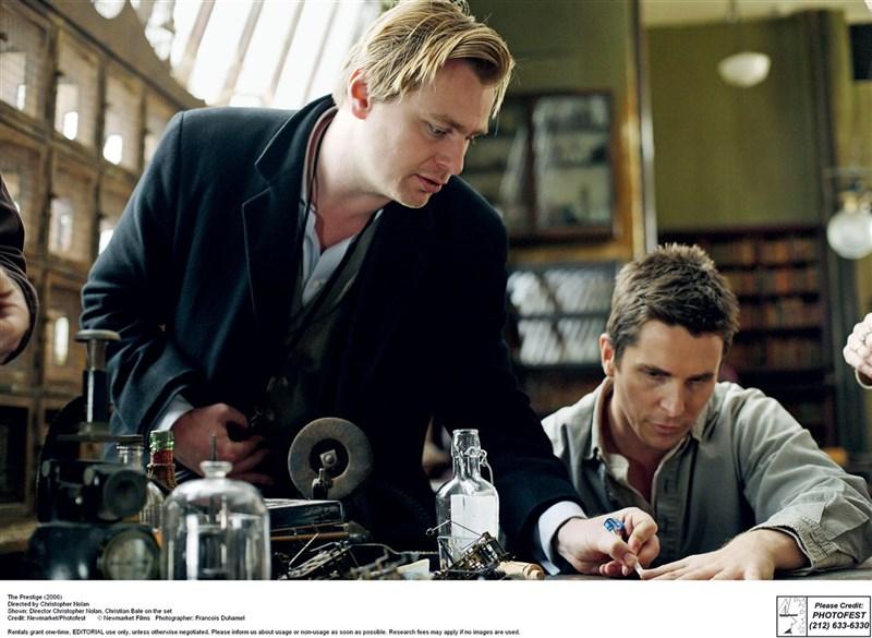 紐約時報影評人湯姆邵恩(Tom Shone)執筆「諾蘭變奏曲」一書,試圖破解導演諾蘭(Christopher Nolan)(左)的作品。(野人文化提供)中央社記者邱祖胤傳真 110年4月26日