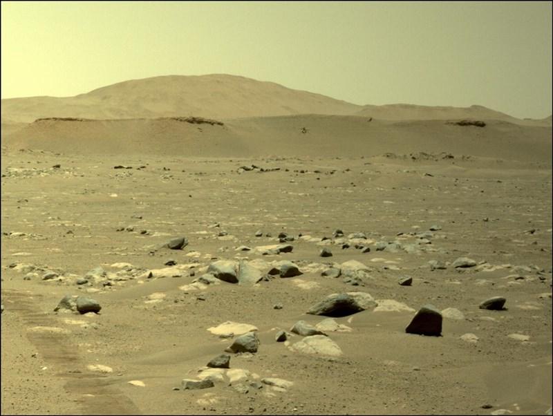 NASA迷你直升機「創新號」25日成功完成火星上第3趟旅程。(圖取自twitter.com/NASAJPL)