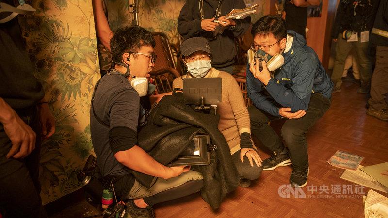 消防職人劇「火神的眼淚」真實呈現打火場景,導演蔡銀娟(中)盼透過戲劇讓民眾更瞭解台灣消防員的真實生活樣貌與困境。(公視、myVideo提供)中央社記者葉冠吟傳真  110年4月26日