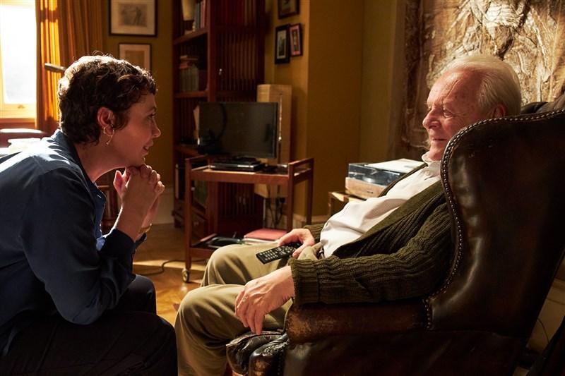 男星安東尼霍普金斯(右)在「父親」的表現獲各界讚譽為生涯代表作,25日再度登上奧斯卡影帝寶座。(圖取自facebook.com/TheFatherMovieUS)