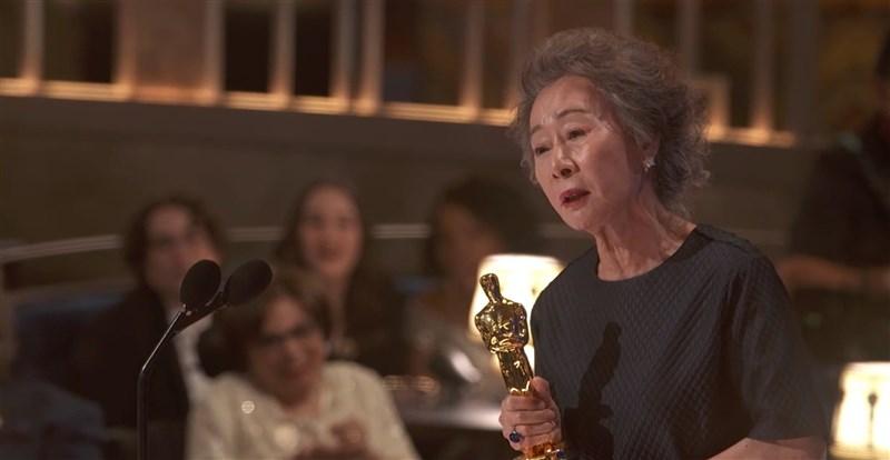 第93屆奧斯卡73歲韓國演員尹汝貞以「夢想之地」(Minari)獲頒最佳女配角獎。(美國影藝學院提供)