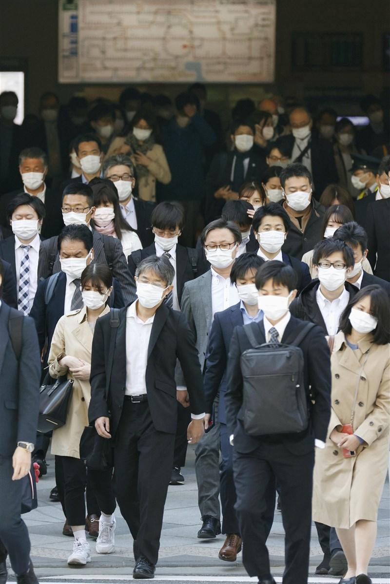 日本疫情延燒,東京、大阪等地第3度實施「緊急事態宣言」後,第1個上班日的通勤人潮並未減少。圖為26日JR東京站前人潮。(共同社)