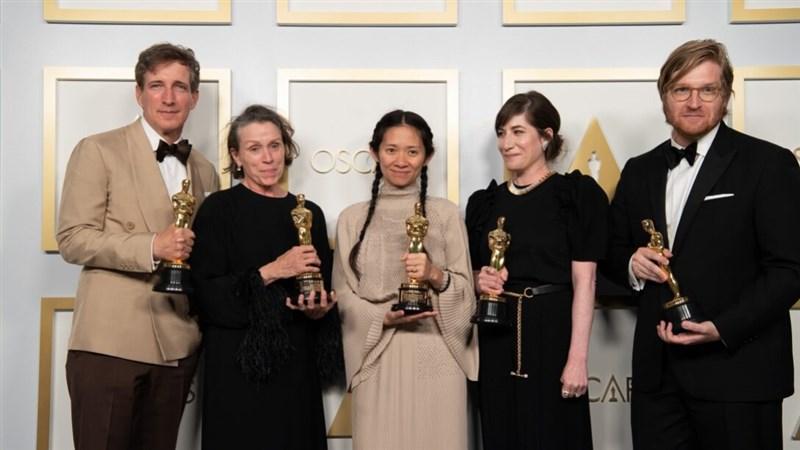 華人導演趙婷(中)執導的「游牧人生」25日在第93屆奧斯卡頒獎典禮勇奪最佳影片、導演、女主角3項大獎,成為大贏家。(圖取自奧斯卡網頁oscars.org/oscars)