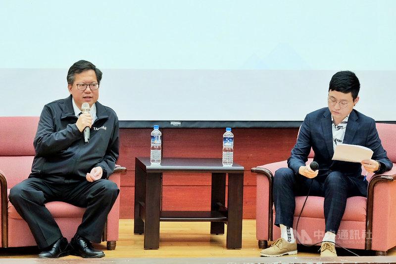 桃園市鄭文燦(左)27日與青年學子座談時指出,18歲公民權是世界潮流,他希望修憲成功;鄭文燦並說,「到了大學還不能投票是沒什麼道理的」,全世界18歲公民權是潮流,也是台灣民主深化該走的一步。中央社記者吳睿騏桃園攝  110年4月27日