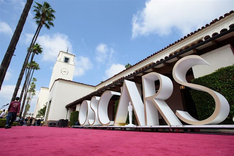 第93屆奧斯卡金像獎僅吸引約985萬收視人口,較去年銳減58%,再創歷史新低。圖為洛杉磯市中心的聯合車站的奧斯卡紅毯。(美國影藝學院提供)中央社記者林宏翰洛杉磯傳真 110年4月26日