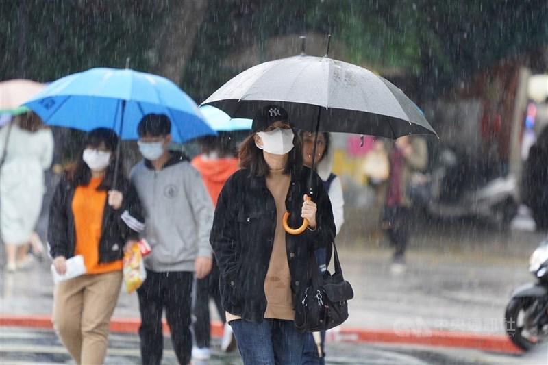 氣象局說,28日白天北部及東北部有短暫雨,晚間起鋒面通過,一直到29日北部地區有局部較大雨勢。(中央社檔案照片)