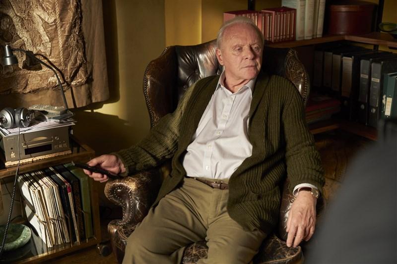 安東尼霍普金斯(圖)25日以電影「父親」贏得奧斯卡最佳男主角獎,以訊息感謝影藝學院頒獎給他,並向先前奪獎呼聲最高的已故男星查維克博斯曼致敬。(采昌國際提供)
