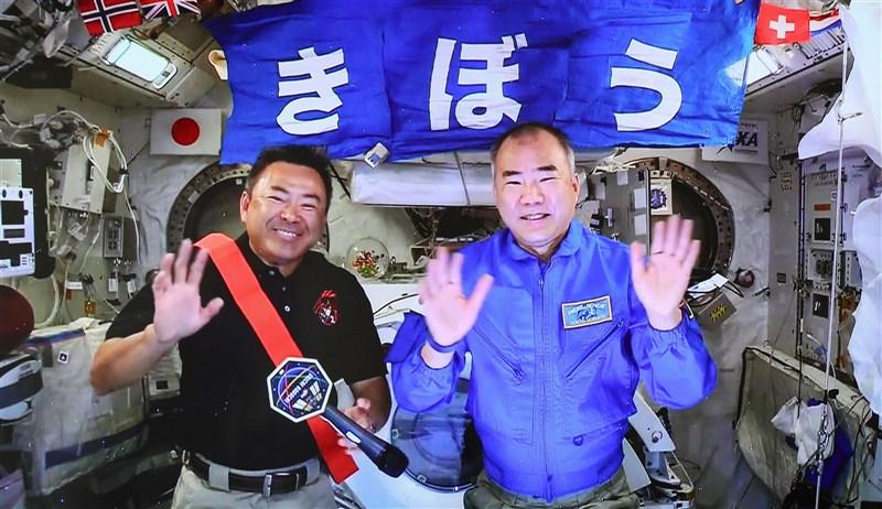 即將從國際太空站返回地球的56歲日籍太空人野口聰一(右),26日跟才剛抵達的52歲日籍太空人星出彰彥(左),一同舉行「太空記者會」,並進行值星交接。(共同社)