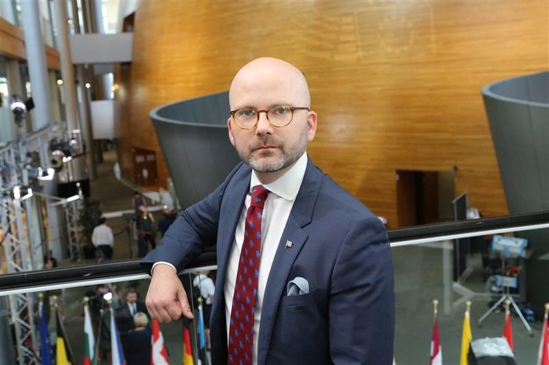 瑞典籍歐洲議會議員魏莫斯(圖)近日被任命為歐洲議會台灣相關議題報告人,他力挺台灣參與世衛等國際組織,並呼籲歐盟與民主國家譴責中國對台軍事挑釁。(圖取自facebook.com/Charlie.Weimers)