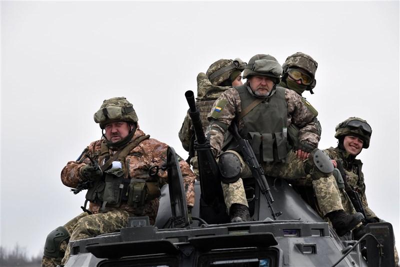 烏克蘭與捷克在冷戰時代是蘇聯的勢力範圍,時至今日仍是地緣政治衝突的前線,被親俄和親西方的力量撕裂。圖為烏克蘭軍人。(圖取自facebook.com/MinistryofDefence.UA)