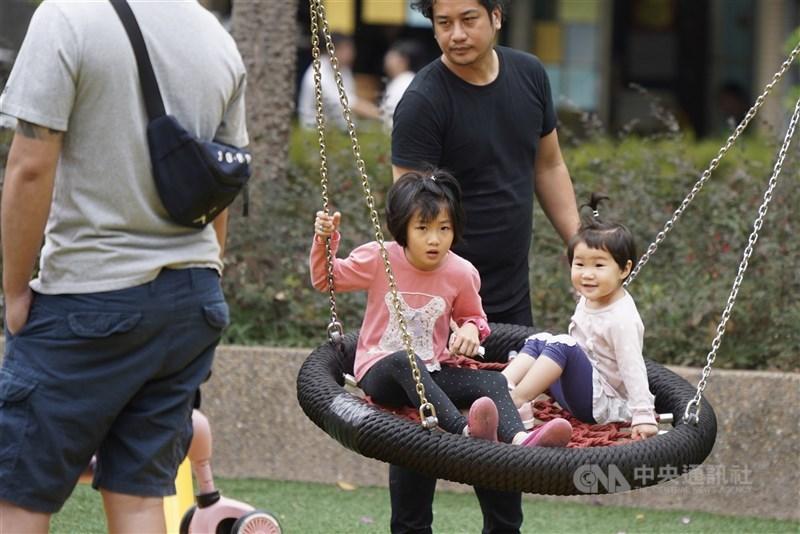 行政院長蘇貞昌在行政院性平會上承諾,為提高生育率,將研擬提高產檢補助次數、增加補助項目。(中央社檔案照片)