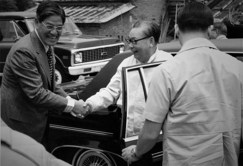 1979年春,蔣經國(中)透過時任台北市長李登輝(左)安排,在李的故鄉淡水三芝安排一場午宴,邀請一批他希望提攜的台籍菁英聚餐;當天出席的還有後來成為央行總裁、司法院長的梁國樹與施啟揚。(遠足文化提供)