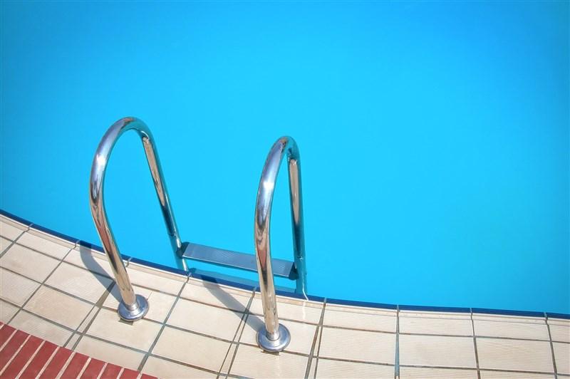 鄭姓男童4年前暑假跟補習班老師到游泳池游泳不慎溺水導致腦死,前年傷重不治。(示意圖/圖取自Pixabay圖庫)