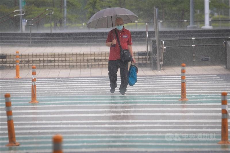 氣象局表示,預估鋒面在28日晚間至29日上半天通過台灣,北部、中部山區累積雨量可能達大雨標準。(中央社檔案照片)