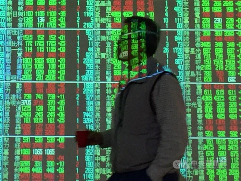 台股28日加權指數盤中跌勢擴大,一度下挫98點。分析師指出,台股呈現高檔震盪。(中央社檔案照片)