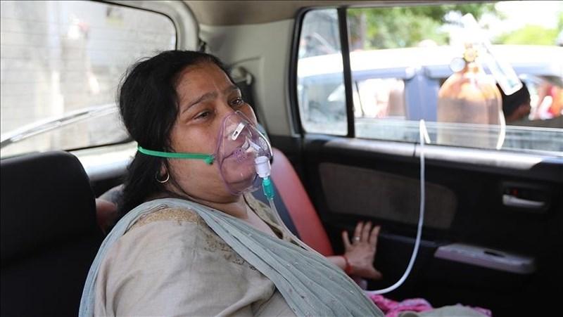 印度情況失控,近來單日新增確診病例動輒超過30萬,但有研究預估印度疫情5月才會達到高峰。圖為24日印度北方加茲阿巴德染疫民眾接受供氧。(安納杜魯新聞社)