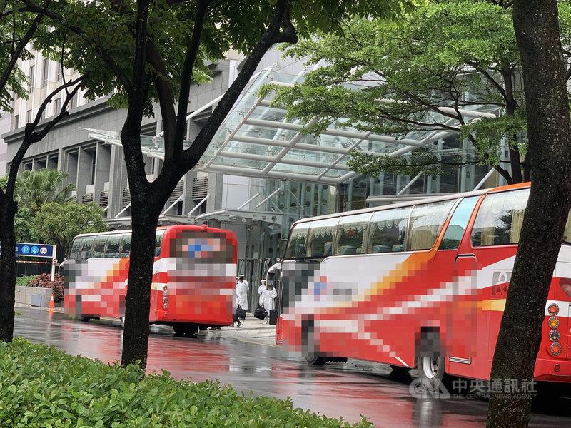 華航機師染疫事件擴大,台北諾富特華航桃園機場飯店進行淨空計畫,約有422名機組員等必須送至集中檢疫所和防疫旅館,29日現場封鎖清空消毒禁止外人進入。中央社記者葉臻攝 110年4月29日