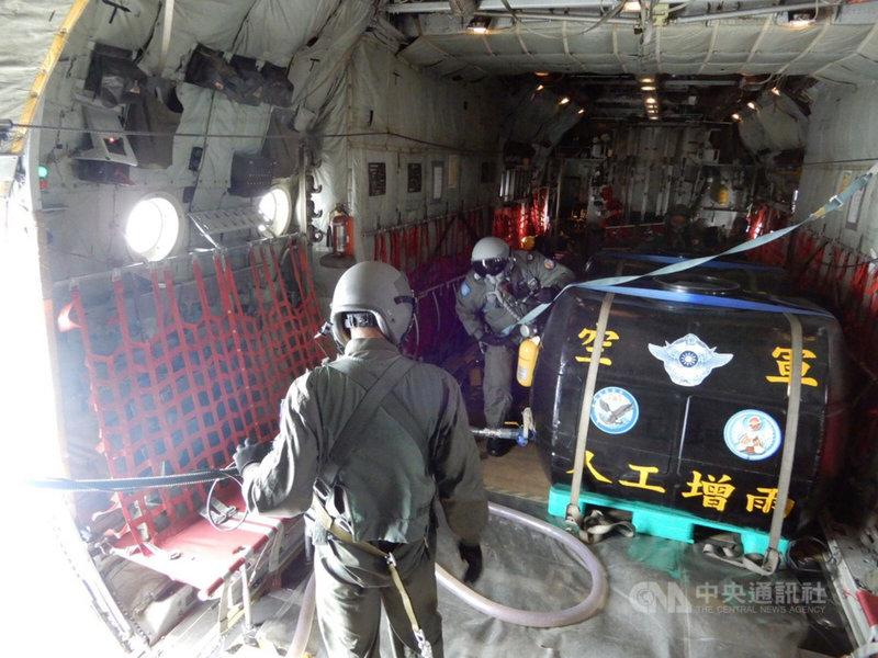 國內水情吃緊,空軍第六混合聯隊配合鋒面到來,29日派遣第十空運大隊C-130型運輸機2架次,搭載8噸清水,在鯉魚潭水庫、苗栗及台中空域進行人工增雨。(空軍第六混合聯隊提供)中央社記者郭芷瑄傳真  110年4月29日