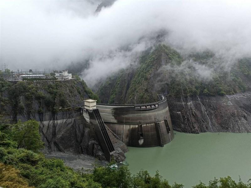 鋒面過境雨勢不斷,水利署副署長王藝峰29日說,這對德基水庫有正面效果,可入帳100萬噸用水。(民眾提供)中央社記者趙麗妍傳真 110年4月29日