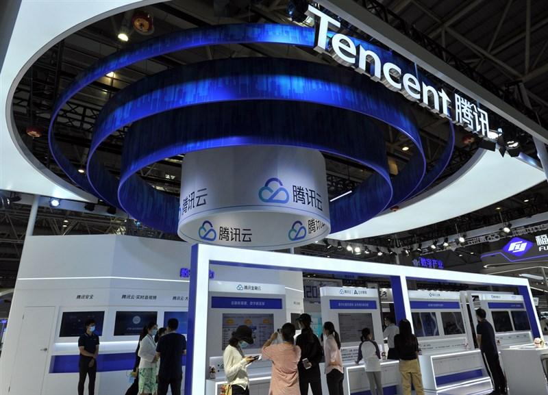 據官方通報,中國網路巨頭騰訊控股公司因違反「反壟斷法」,28日遭罰人民幣100萬元(約新台幣430萬元)。圖為2020年騰訊參與「數字中國建設成果展覽會」的展位。(中新社)