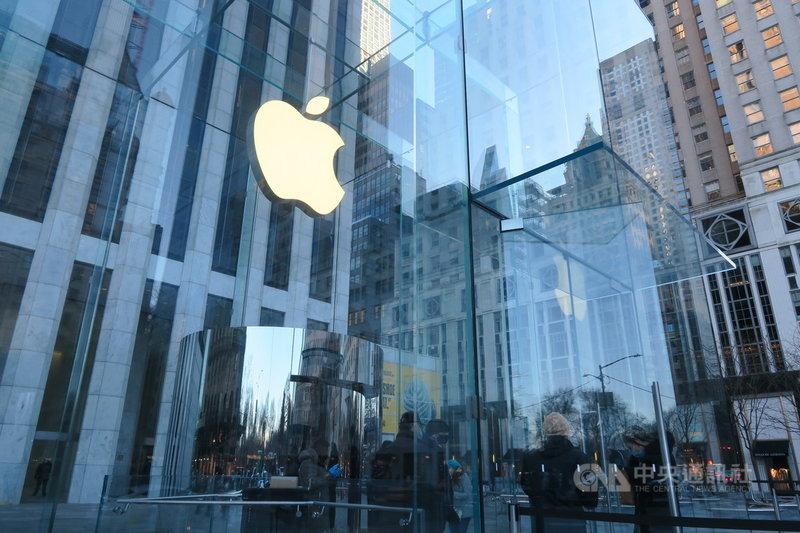 蘋果公司2021會計年度第2季營收年增54%,獲利遠高於華爾街預期,再度繳出亮麗財報。圖為紐約曼哈頓第五大道蘋果直營店外觀。中央社記者尹俊傑紐約攝 110年4月29日