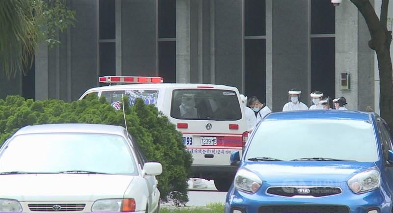 華航機師染疫案延燒,諾富特華航桃園機場飯店有主管染疫,目前已進行淨空作業,人員陸續撤出;飯店清空後將展開消毒並靜置14天以上。中央社記者葉臻攝 110年4月29日