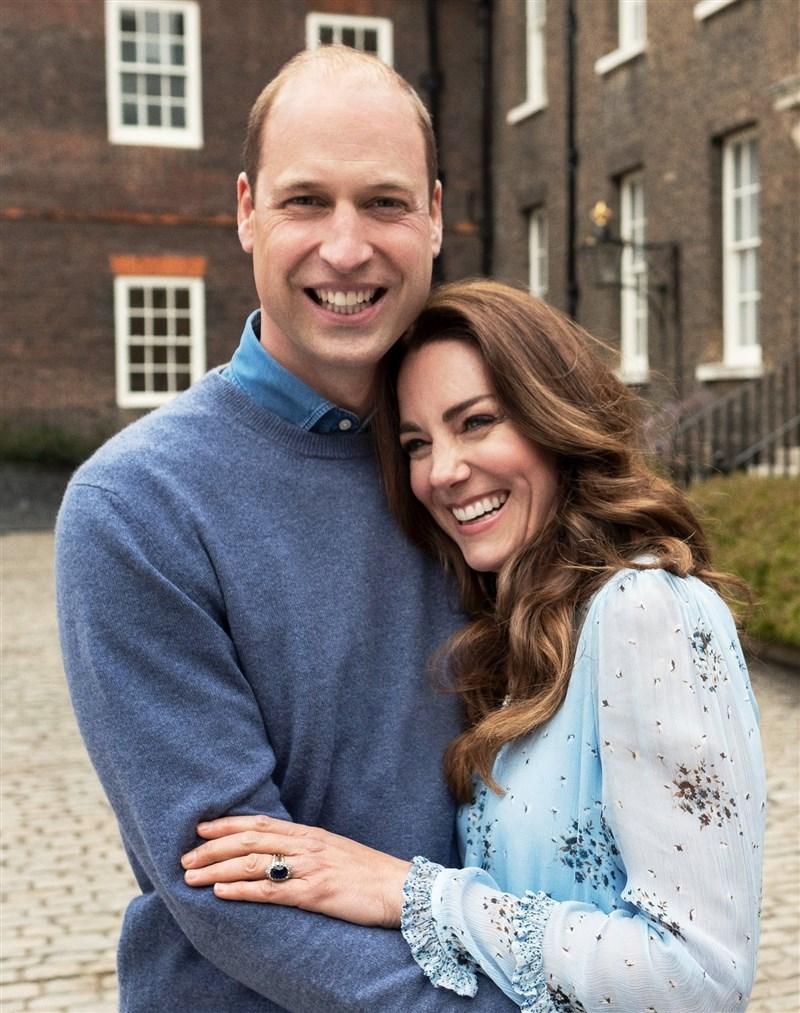 威廉和凱特29日慶祝結婚10週年,官方推特發布新照紀念兩人「錫婚」。(圖取自twitter.com/KensingtonRoyal)