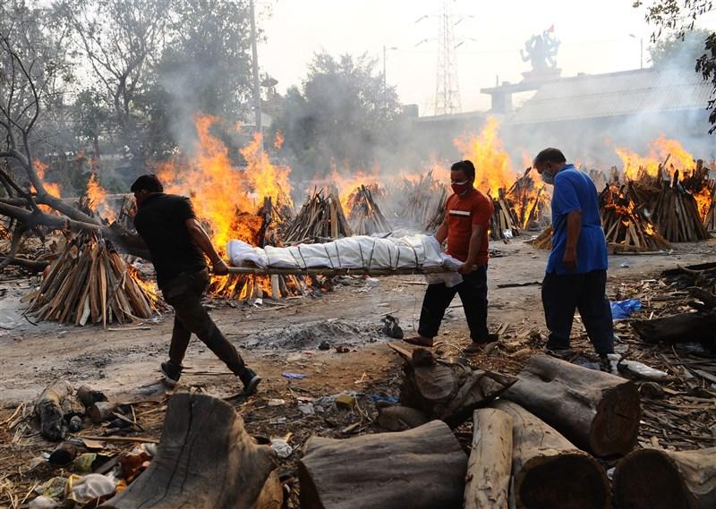 印度單日逾3千人因武漢肺炎病逝,染疫身亡人數破20萬大關。圖為28日新德里民眾將病逝遺體運至火葬場。(安納杜魯新聞社)
