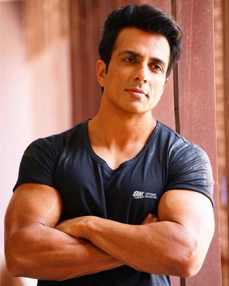 印度疫情嚴峻,部分富豪和寶萊塢明星紛紛包機出逃。但男星樹德(圖)不但自掏腰包提供民眾醫藥費,還協助取得病床,獲得「民族英雄」讚譽。(圖取自facebook.com/ActorSonuSood)