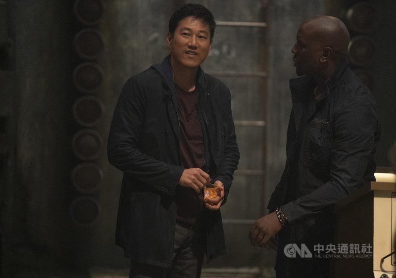 飾演「韓哥」的姜成鎬(左)在好萊塢電影「玩命關頭9」驚喜回歸,感謝粉絲力邀他重返銀幕。(UIP提供)中央社記者葉冠吟傳真 110年4月30日