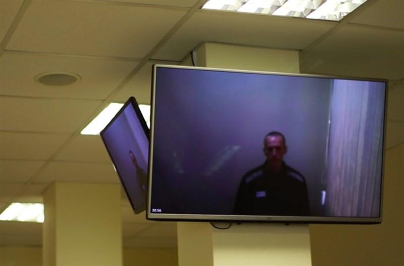 俄羅斯反對派領袖納瓦尼(Alexei Navalny)29日在獄中透過視訊出庭,身形憔悴但仍持反抗態度。(安納杜魯新聞社)