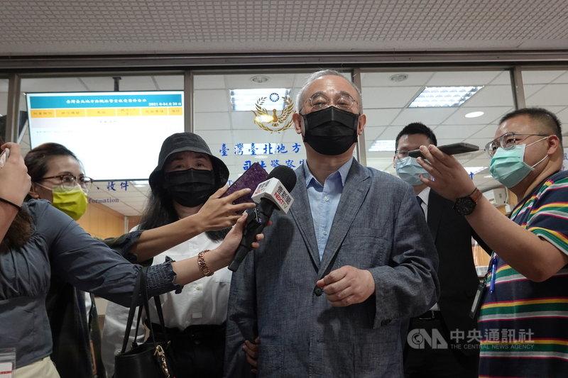 中國創新公司主席向心、龔青夫婦涉嫌洗錢防制法,日前遭北檢起訴。台北地方法院30日首度開庭,2人否認犯罪。向心(中)表示,被起訴洗錢不僅侮辱他個人,也侮辱香港金融監管體系。中央社記者林長順攝  110年4月30日