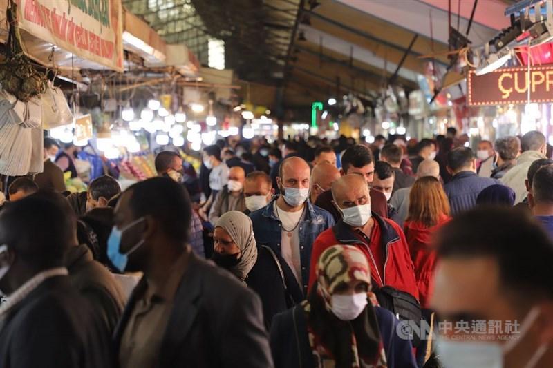 土耳其29日晚間開始防疫封鎖17天半,許多民眾趕在宵禁前赴安卡拉舊城區烏魯斯的傳統巿場採買。中央社記者何宏儒安卡拉攝 110年4月30日