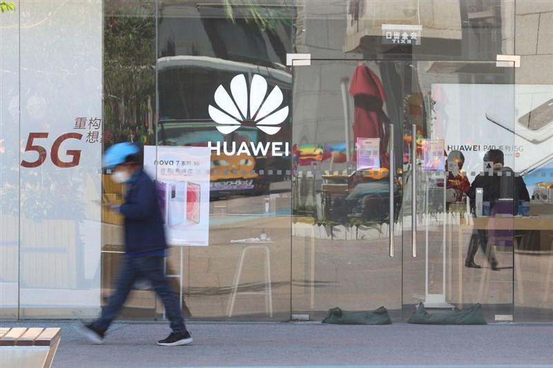 義大利電信公司據指將取消讓華為參與5G建設的合約,由於該公司是華為在歐洲最大客戶之一,5G協議取消簽署將使華為遭受重大打擊。圖為北京一間華為門市。(中新社提供)