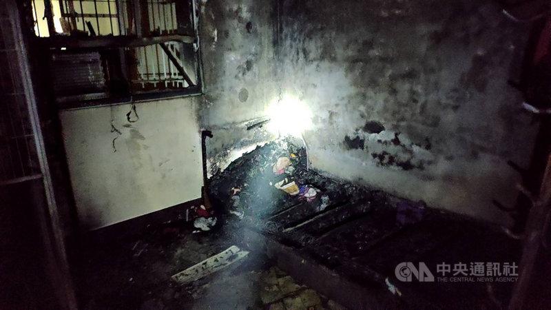 高雄市消防局30日晚間獲報在鳳山區龍成路一棟5層樓公寓發生火警,消防人員到場發現起火點在2樓臥室床鋪,隨即架設水線搶救,迅速滅火;現場2人受傷,其中一名7旬婦人傷勢較重,皆送醫治療。(民眾提供)中央社記者洪學廣傳真  110年4月30日