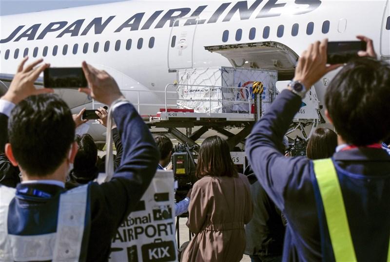 載著莫德納疫苗的首班飛機30日上午抵達大阪關西國際機場。日本政府尚未批准使用。(共同社)