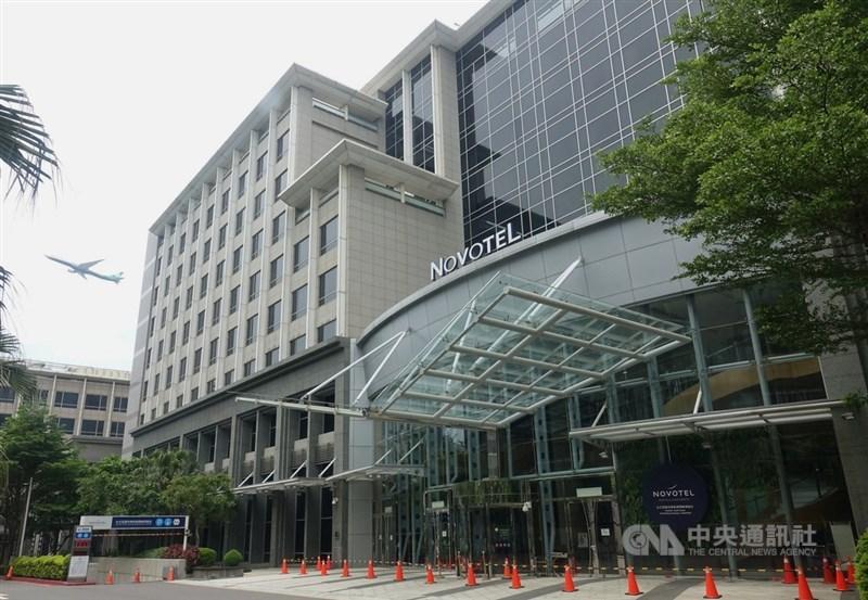 諾富特華航桃園機場飯店主管及員工染疫,1日飯店已淨空管制,任何人不得進出。中央社記者施宗暉攝 110年5月1日