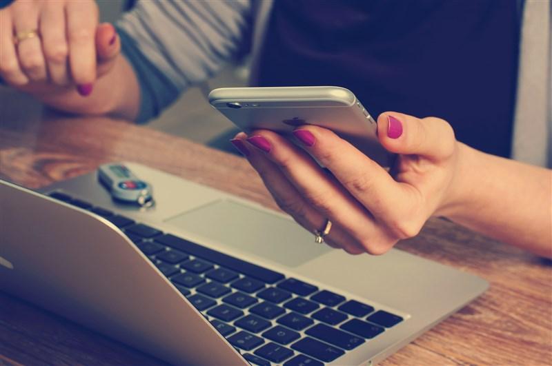 報稅季來臨,全台超過6成採網路申報,高度仰賴電腦和行動裝置。資安專家提醒應留意兩大詐騙手法,並以資安三招自保。(示意圖/圖取自Pixabay圖庫)