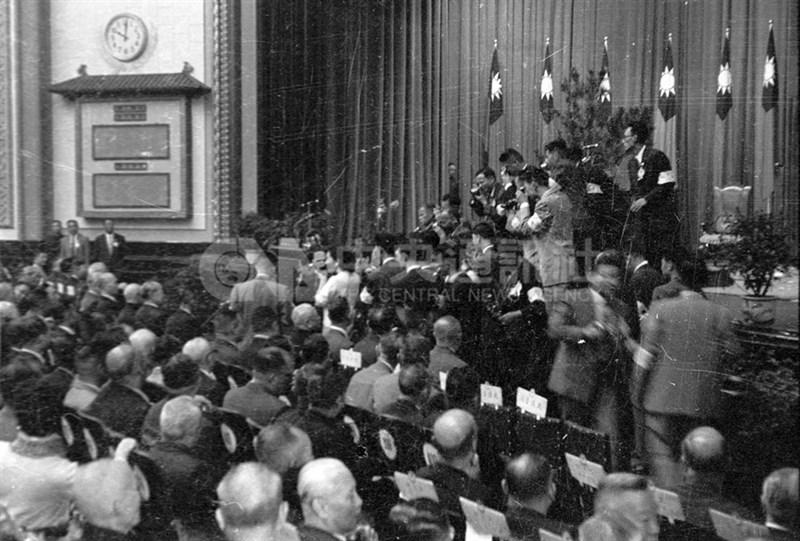1960年2月12日,大法官會議做出釋字第85號解釋,將「國民大會代表總額」重新解釋,讓蔣中正得以連任。圖為1960年3月25日,第一屆國民大會第3次會議閉會,並選出蔣中正與陳誠連任中華民國第3任總統和副總統。(中央社檔案照片)