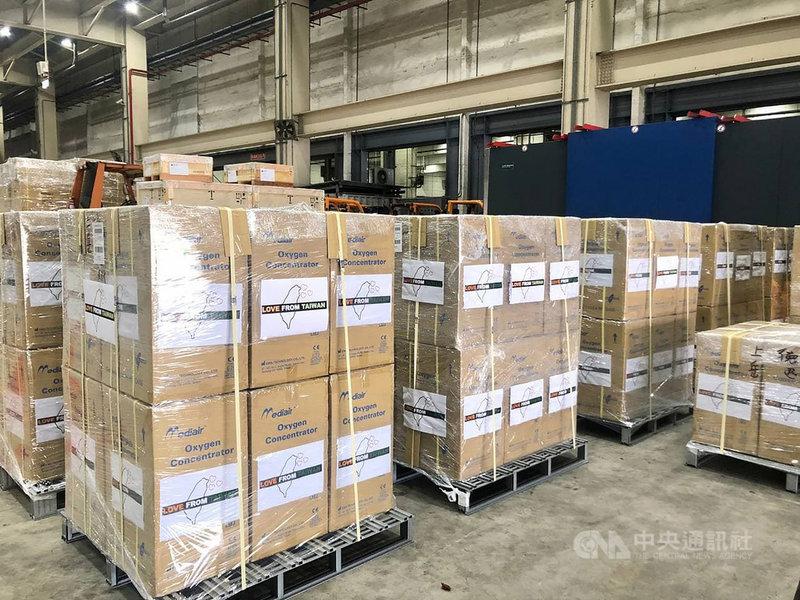 印度武漢肺炎疫情嚴峻,台灣援助150台製氧機,已於2 日由華航貨機載運起飛,以協助印度抗疫、度過難關。(外交部提供)中央社記者游凱翔傳真 110年5月2日