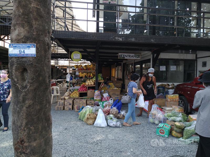 菲律賓女創業家諾恩在大馬尼拉地區奎松市街邊立起竹製小矮櫃,供貧困民眾領取食物,命名為「麥金哈瓦社區食櫥」。志工4月18日在現場整理民眾捐贈的食物和物資。中央社記者陳妍君馬尼拉攝 110年5月2日