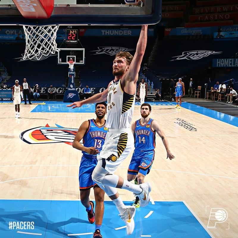 美國職籃NBA溜馬1日作客奧克拉荷馬市,長人沙波尼斯(灌籃者)半場不到就拿下大三元,終場一共砍下26分、19籃板與刷新生涯紀錄的14助攻。(圖取自twitter.com/Pacers)