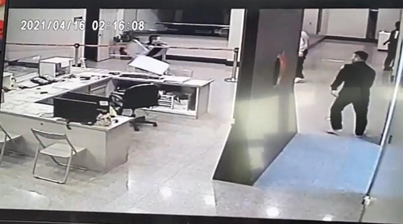 北市松山警分局中崙派出所遭黑衣人闖入砸損電腦,台北市警察局2日對外公布3段影片。(台北市警局提供)
